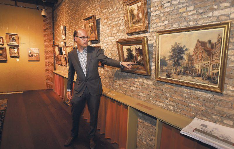 Arnold Ligthart geeft een rondleiding op de expositie 'Door het oog van Springer', die hij in 2015-2016 samenstelde voor het Zuiderzeemuseum in Enkhuizen